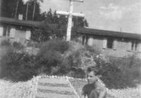 Egy másik dekorációs elem előtte egy napozó magyar hadifogollyal (Pocskai János hagyatékából)