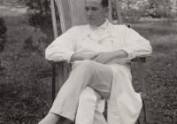 Dr. Horváth Imre fiatal orvosként a zalaegerszegi kórház udvarán, 1930-as évek