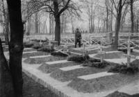 Magyar katonák sírjai az ovrucsi hősi temetőben, 1943 áprilisában. Elöl, jobbszélen az Ovrucsban, 1943. április 2-án kiütéses tífuszban elhunyt Pálinkás Imre őrvezető, a 22/III. zászlóalj tisztese sírja (Dr. Horváth Imre felvétele)