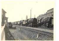 Magyarországnak kiválasztott amerikai mozdonyok Rüsselsheimben (a 3. és 4. képen a háttérben az Opel gyár romjai láthatók)