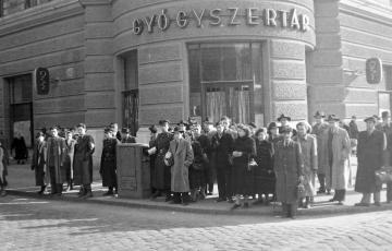 """2018: A gyógyszertárak államosításának első szakasza, avagy Örkény István """"felajánlja"""" gyógyszertárát az államnak Sztálin 70. születésnapjára"""